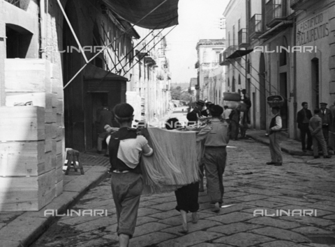 ULL-F-200402-0000 - Transport of spaghetti in a street of Torre Annunziata - Data dello scatto: 1932 - Alfred Eisenstaedt / Ullstein Bild / Alinari Archives