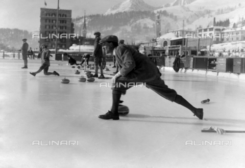 ULL-F-208488-0000 - Curling player in St. Moritz - Data dello scatto: 1928 - A. & E. Frankl / Ullstein Bild / Alinari Archives