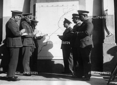 ULL-F-210587-0000 - Italo Balbo and some officers are examining a map of the first transatlantic flight from Orbetello to Rome and Rio de Janeiro - Data dello scatto: 12/1930 - Ullstein Bild / Alinari Archives