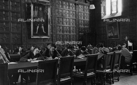 ULL-F-222943-0000 - Students inside Trinity College in Cambridge - Data dello scatto: 1937 - Alfred Eisenstaedt / Ullstein Bild / Alinari Archives