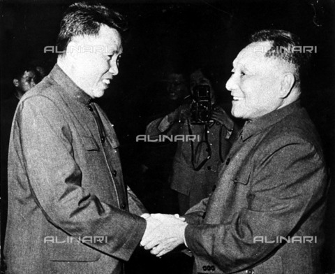 ULL-F-226071-0000 - The cambodian dictator Pol Pot (1925-1998), pseudonym of Saloth Sar, shakes hands with the leader of the Chinese Communist Parthian Deng Xiaoping (1904-1997) in Phnom Penh in Cambodia in 1978 - Data dello scatto: 1978 - Willmann / Ullstein Bild / Alinari Archives