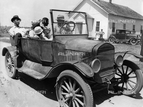 ULL-F-229951-0000 - Cotton collection in the United States: Farmer Lonnie Fair and his family go to work in the fields on a car - Data dello scatto: 1937 - Alfred Eisenstaedt / Ullstein Bild / Alinari Archives
