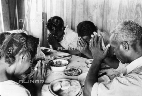 ULL-F-229957-0000 - Cotton collection in the United States: Farmer Lonnie Fair and his family in prayer before a meal - Data dello scatto: 1937 - Alfred Eisenstaedt / Ullstein Bild / Alinari Archives