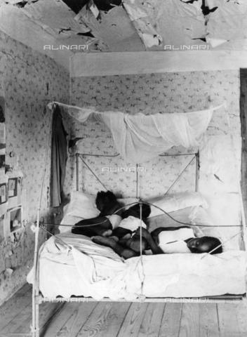 ULL-F-235586-0000 - Cotton collection in the United States: Lonnie Fair Farmer's children sleep in a bed in their home - Data dello scatto: 1937 - Alfred Eisenstaedt / Ullstein Bild / Alinari Archives