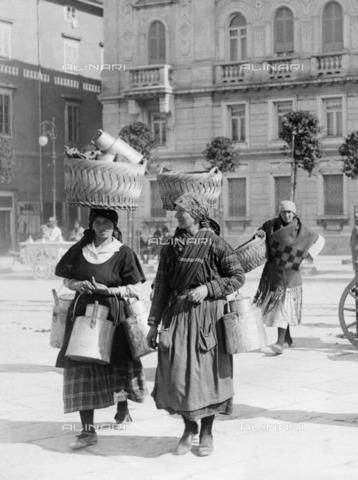 ULL-F-250081-0000 - A couple of Istrian peasants sell milk in the center of Trieste - Data dello scatto: 1930 ca. - Ullstein Bild / Alinari Archives