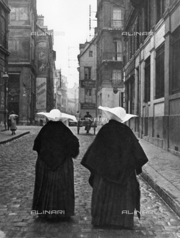ULL-F-251695-0000 - Two sisters of shoulders walking in a Rouen alley - Data dello scatto: 1932 - Alfred Eisenstaedt / Ullstein Bild / Alinari Archives