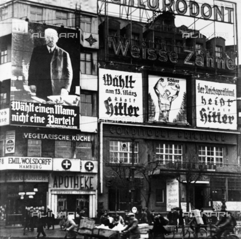 ULL-F-257621-0000 - Weimar Republic: Presidential elections of 1932. Electoral posters for Paul von Hindenburg and Adolf Hitler - Data dello scatto: 03/1932 - Berlin, Potsdamer Platz / Ullstein Bild / Alinari Archives