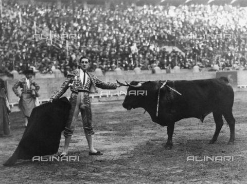 "ULL-F-266082-0000 - The bullfighter Manuel Granero with the bull ""Pocapena"" during the bullfight in Madrid in which he lost his life; photograph by Ernest Hemingway published by ""Der Querschnitt"" 04/1926 - Data dello scatto: 07/05/1922 - Ullstein Bild / Alinari Archives"