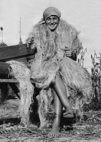 ULL-F-287403-0000 - A young peasant is wrapped in Hemp fibers like a fur - Data dello scatto: 1929 - Ullstein Bild / Alinari Archives