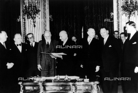 ULL-F-290171-0000 - Signature of the Treaty of Paris, Treaty establishing the European Coal and Steel Community: Paul van Zeeland (Belgium), Joseph Beck (Luxembourg), Joseph Meuvice (Belgium), Carlo Sforza (Italy), Robert Schuman ), Konrad Adenauer (Germany), Dirk Stikker (Netherlands), Jan van der Brieste (Netherlands) - Data dello scatto: 18/04/1951 - BPA / Ullstein Bild / Alinari Archives