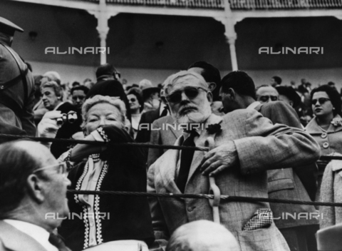 ULL-F-292916-0000 - The writer Ernest Hemingway with his wife Mary Welsh during a bullfight - Data dello scatto: 1959 - Ullstein Bild / Alinari Archives