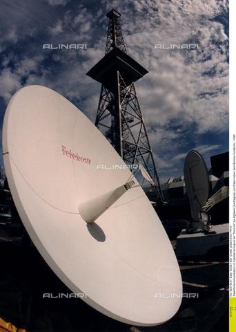 """ULL-F-315437-0000 - Antenna satellitare berlinese della """"Telecom"""", 1995 - Data dello scatto: 1995 - Ullstein Bild / Archivi Alinari"""