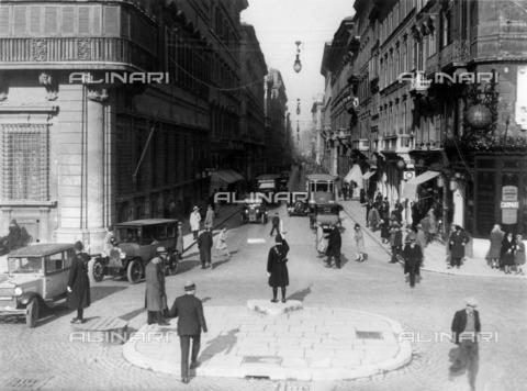ULL-F-337936-0000 - A policeman directs traffic by a pitch in Piazza Venezia; before him via del Corso - Data dello scatto: 1932 - Ullstein Bild / Alinari Archives