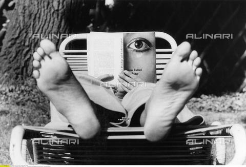 "ULL-F-346341-0000 - The book by Oriana Fallaci (1929-2006) ""Penelope at War"" read by a man lying on a deck chair - Data dello scatto: 1973 - Sticha / Ullstein Bild / Alinari Archives"