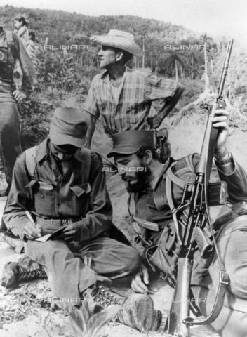 ULL-F-407919-0000 - The politician Fidel Castro (1926-) and the revolutionary Ernesto Guevara (1928-1967) said el Che photographed mountains of the Sierra Maestra in Cuba - Data dello scatto: 1957 - Ullstein Bild / Alinari Archives