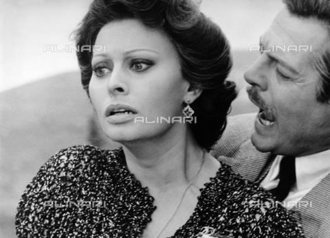 """ULL-F-452106-0000 - Sophia Loren and Marcello Mastroianni in a scene of the film """"Marriage Italian Style"""", directed by Vittorio de Sica, 1964, Italy / France - Data dello scatto: 25/07/1964 - Ullstein Bild / Alinari Archives"""