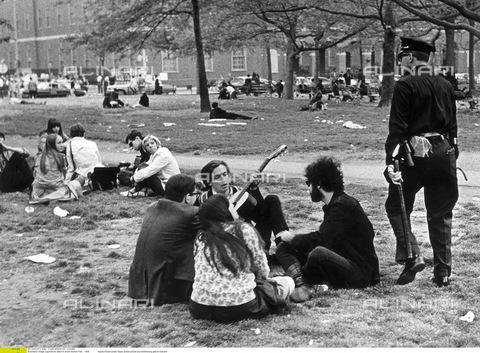 ULL-F-452912-0000 - Giovani Hippies durante un raduno al Greenwich Village - Data dello scatto: 1969 - Lehnartz / Ullstein Bild / Archivi Alinari