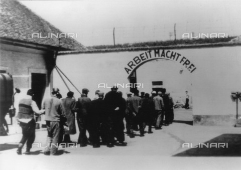 "ULL-F-461397-0000 - World War II: prisoners are taken to the concentration camp of Theresienstadt (Terezin). At the entrance the inscription: ""Arbeit macht frei"" (""Work will free you"") - Data dello scatto: 1942 - Ullstein Bild / Alinari Archives"