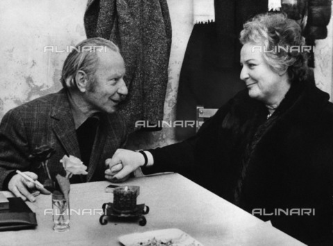 ULL-F-593778-0000 - The German officer of SS Herbert Kappler (1907-1978) with his wife Anneliese in the visiting room of Gaeta's military prison during the years of her imprisonment - Röhnert / Ullstein Bild / Alinari Archives