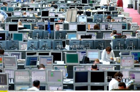 ULL-F-637201-0000 - Lavoratori presso la Cassa di Risparmio e Camera di Commercio, Francoforte, 28 Maggio 2003 - Data dello scatto: 28 Maggio 2003 - Ullstein Bild / Archivi Alinari