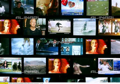 ULL-F-656203-0000 - Parete di televisori accesi, Germania, 18 Novembre 2003 - Data dello scatto: 18 Novembre 2003 - Oberhäuser/CARO / Ullstein Bild / Archivi Alinari