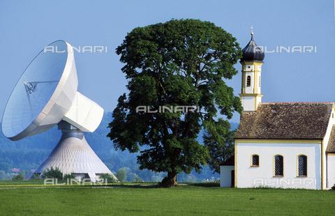 ULL-F-708667-0000 - Antenna satellitare, telecomunicazioni tedesche, chiesa di St. Johann in Raisting Bayern, 5 Giugno 1996 - Data dello scatto: 5 Giugno 1996 - R. Janke / Ullstein Bild / Archivi Alinari