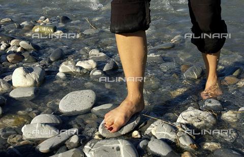 ULL-F-711546-0000 - Una donna che cammina sul lago - Data dello scatto: 11/08/2004 - Wodicka / Ullstein Bild / Archivi Alinari