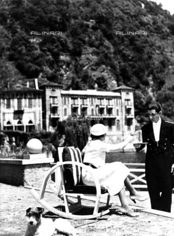 ULL-F-722414-0000 - Villa d'Este in Cernobbio on Lake Como: a waiter serves a drink to a lady - Data dello scatto: 1933 - Alfred Eisenstaedt / Ullstein Bild / Alinari Archives