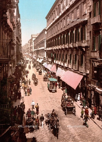 ULL-F-746211-0000 - Horse-drawn carriages and trams in via Roma in Naples - Data dello scatto: 1890-1900 - histopics / Ullstein Bild / Alinari Archives