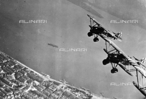 ULL-F-808401-0000 - Spanish Civil War (1936-1939): Italian Fiat C.R.32 fighter planes fly over Santander - Data dello scatto: 06-08/1937 - Ullstein Bild / Alinari Archives