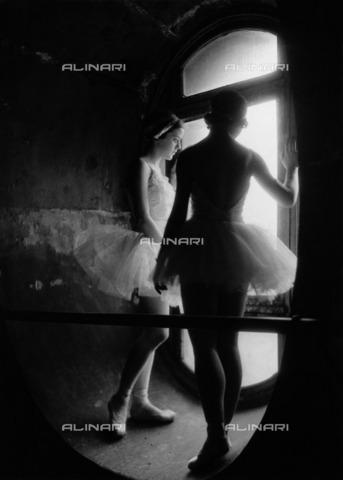 ULL-F-809663-0000 - Dancers standing in a tower - Data dello scatto: 1934 - Alfred Eisenstaedt / Ullstein Bild / Alinari Archives