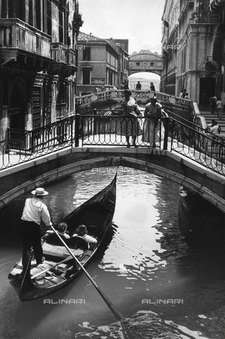 ULL-F-825026-0000 - Gondola on a Venice canal. In the distance the Bridge of Sighs - Data dello scatto: 1956 - Ullstein Bild / Alinari Archives