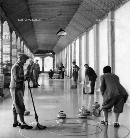 ULL-F-830432-0000 - Tourists playing curling on an indoor skating rink in Engelberg - Data dello scatto: 1930 ca. - Ullstein Bild / Alinari Archives