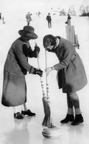 ULL-F-830445-0000 - Two tourists playing curling in St. Moritz - Data dello scatto: 1928 ca. - RDB / Ullstein Bild / Alinari Archives