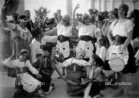 "ULL-F-842306-0000 - Young Tarantella dancers in Capri, scene of the movie ""Die singende Stadt"" by Carmine Gallone - Data dello scatto: 1930 - Ullstein Bild / Alinari Archives"