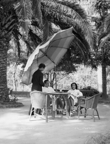 ULL-F-842312-0000 - A couple sitting at the table of a Tennis Club in Capri - Data dello scatto: 1938 - Ullstein Bild / Alinari Archives