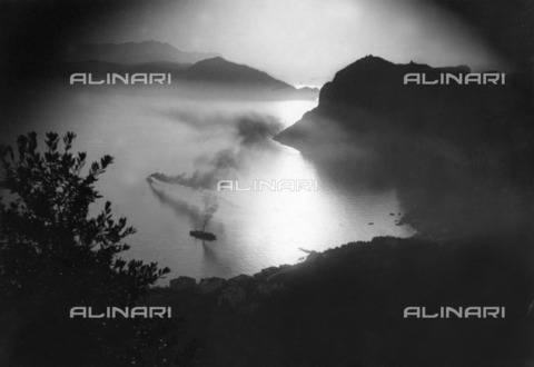ULL-F-842328-0000 - Sunset over the bay of Capri in front of the Tiberius Villas - Data dello scatto: 1930 - Ullstein Bild / Alinari Archives