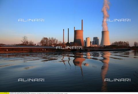 ULL-F-895331-0000 - Centrali elettriche a carbone vegetale sulle sponde dello Staudinger - Data dello scatto: marzo 2007 - Ecopix Fotoagentur / Ullstein Bild / Archivi Alinari