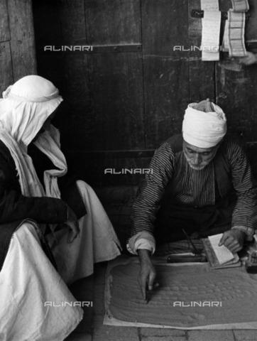 ULL-F-928418-0000 - Chiromant in Aleppo - Data dello scatto: 1935 - Alfred Eisenstaedt / Ullstein Bild / Alinari Archives