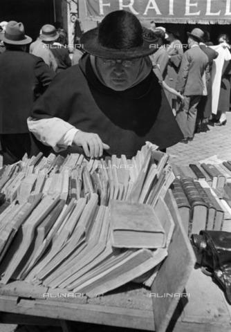ULL-F-928478-0000 - Book Festival near the Roman Forum in Rome: Cardinal in front of a bookstore - Data dello scatto: 1933 - Alfred Eisenstaedt / Ullstein Bild / Alinari Archives
