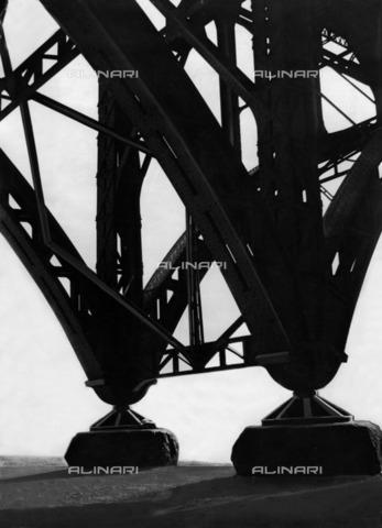 ULL-F-928588-0000 - The pillars of Heerstrassenbruecke (of Heerstrassen Bridge) in Charlottenburg, Berlin - Data dello scatto: 1930 - Alfred Eisenstaedt / Ullstein Bild / Alinari Archives