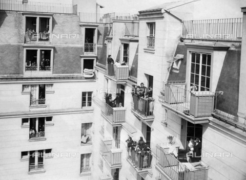 ULL-F-956779-0000 - Buildings in a courtyard in Paris. The balconies are equipped with lockers to store food - Data dello scatto: 1907 - Ullstein Bild / Alinari Archives