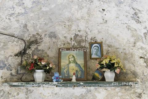 ULL-S-000101-6839 - Altar with religious images in the niche of a wall, Naples - Data dello scatto: 20/05/2008 - INTRO / Rainer Steußloff / Ullstein Bild / Alinari Archives