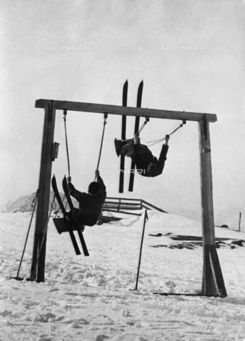 ULL-S-000104-3460 - Young skiers on the swing in Tyrol - Data dello scatto: 1933 - Alfred Eisenstaedt / Ullstein Bild / Alinari Archives