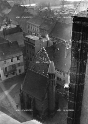 ULL-S-000104-6893 - Approvvigionamento Alimentare Attraverso un cestino calato Dalla Torre campanaria di San Marien a Wittenberg - Data dello scatto: 1932 - Alfred Eisenstaedt / Ullstein Bild / Alinari Archives