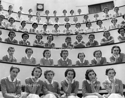 ULL-S-000104-6896 - Cadet Nurses and novices (without hat) during a lesson appendectomy - Data dello scatto: 1938 - Alfred Eisenstaedt / Ullstein Bild / Alinari Archives