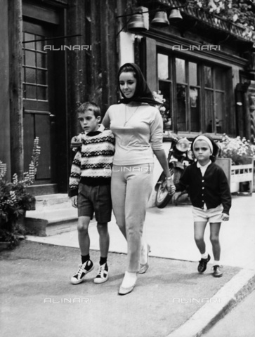 ULL-S-000107-1888 - Elizabeth Taylor with son Michael and daughter Liz in Gstaad - Data dello scatto: 1950-1960 - RDB / Ullstein Bild / Alinari Archives
