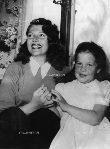 ULL-S-000107-6737 - Actress Rita Hayworth with her daughter in Gstaad - Data dello scatto: 1950 - Ullstein Bild / Alinari Archives