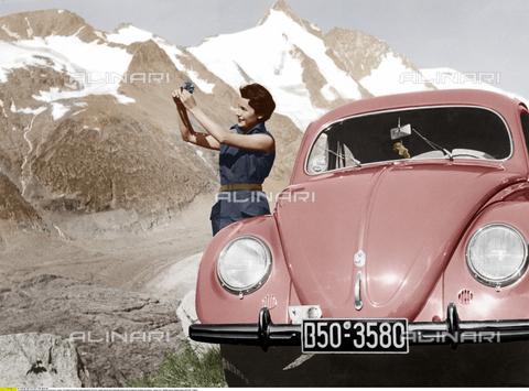 ULL-S-000109-5205 - Woman with a Volkswagen Beetle in the Grossglockner mountain area (Austria) - Data dello scatto: 1954 - Ullstein Bild / Alinari Archives