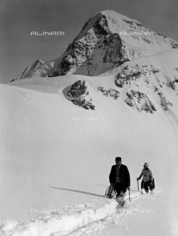 ULL-S-000109-5462 - Mountaineers on the Aletsch Glacier in front of the Jungfraujoch mountain - Data dello scatto: 01/01/1914 - Ullstein Bild / Alinari Archives
